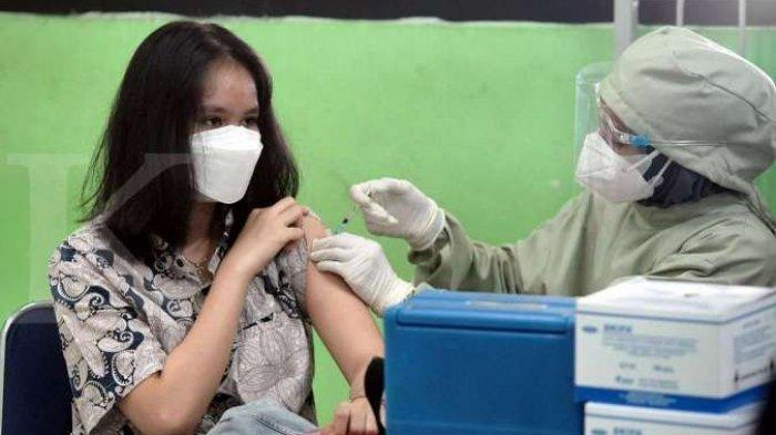 Seorang siswi mendapatkan suntikan dosis pertama vaksin Covid-19 di SMAN 20 Jakarta, Kamis 1 Juli 2021.
