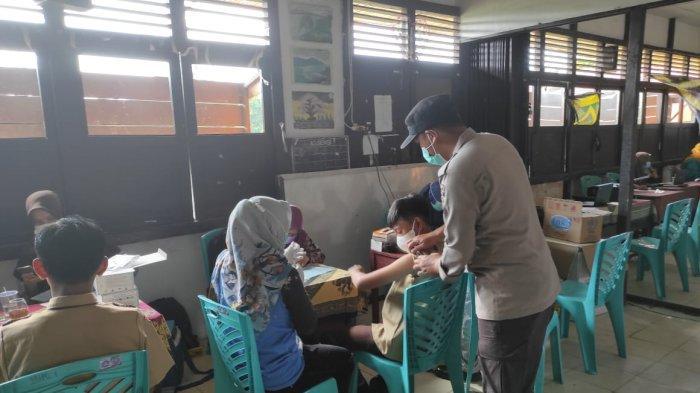 Pelaksanaan vaksinasi massal di SMPN 1 Kecamatan Paloh, Sambas, Jumat 8 Oktober 2021