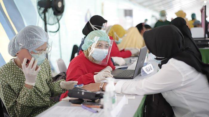 Kabid SMA Disdik Kalbar Sebut Vaksinasi Guru SMA/SMK di Pontianak Berlangsung Dua Hari - vaksinasi-massal-tahap-dua-untuk-petugas-layanan-publik-provinsi-kalimantan-bara-3.jpg
