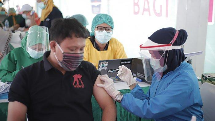 Kabid SMA Disdik Kalbar Sebut Vaksinasi Guru SMA/SMK di Pontianak Berlangsung Dua Hari - vaksinasi-massal-tahap-dua-untuk-petugas-layanan-publik-provinsi-kalimantan-barat-2.jpg