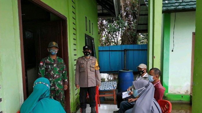 Bhabinkamtibmas Polsek Paloh Bripka Jefriadi melaksanakan pengamanan dan pelayananan di gerai vaksin presisi di Puskesmas Kecamatan Paloh