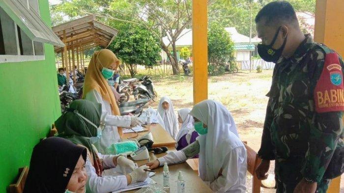 Ratusan Warga Desa Puguk dan Santri Ponpes Raudlatul Jannah Jalani Vaksinasi COVID-19