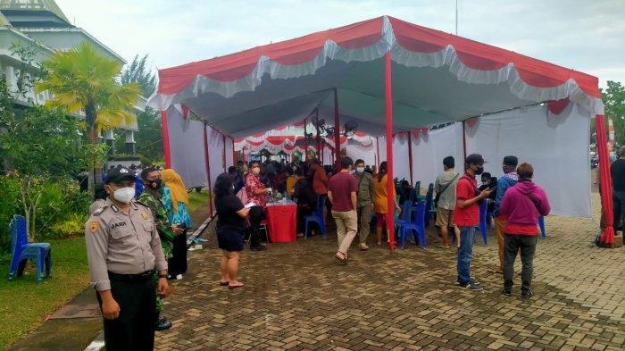 Personel Polres Kubu Raya Lakukan Pengamanan Vaksinasi Massal di kantor Bupati Kubu Raya