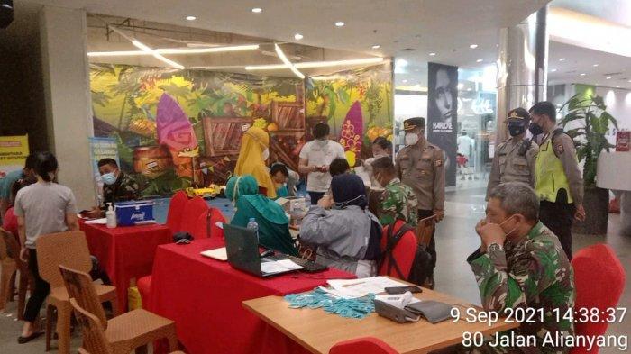 Kapolsek Singkawang Barat Pantau Pelaksanaan Vaksinasi di Grand Mall Singkawang