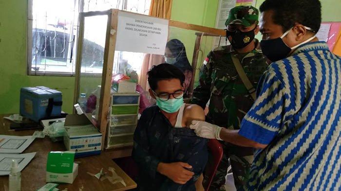 Babinsa Sebangun Kawal Pelaksanaan Vaksin Covid-19 Di Puskesmas Sebawi