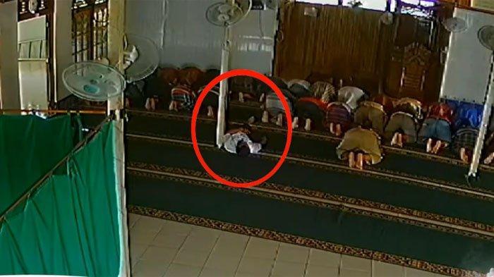VIRAL Video Seorang Ustadz di Seluas Kalbar Meninggal Saat Sujud! Beliau Sempat Menyapa Anak Kecil