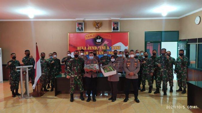 Wakapolres Singkawang Bawa Nasi Tumpeng dan Kue Ulang Tahun ke Rindam XII/TPR di HUT ke-76 TNI