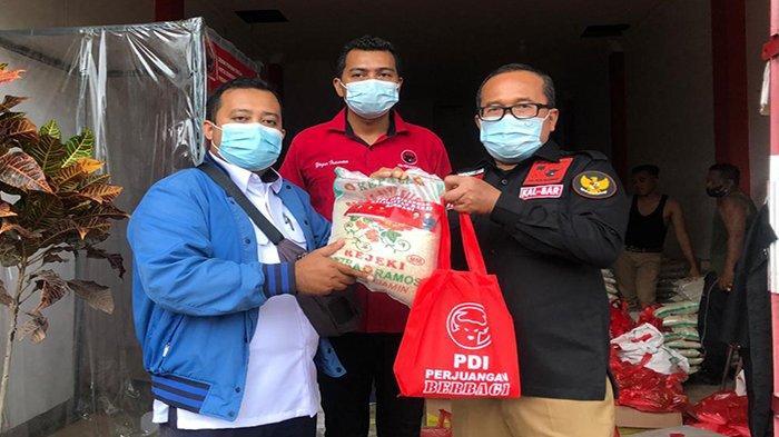 Sambut Perayaan Natal, Sujiwo Bagikan Ratusan Paket Sembako Pada Umat Kristiani