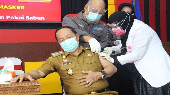 Wakil Bupati Sanggau, Yohanes Ontot saat disuntik vaksin Covid-19 di Ruang Musyawarah Lantai I Kantor Bupati Sanggau, Senin 8 Maret 2021.
