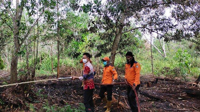 Wali Kota Pontianak Edi Rusdi Kamtono sambangi lokasi kebakaran hutan dan lahan di jalan Parit Demang, Jumat 19 Februari 2021. TRIBUN PONTIANAK/ISTIMEWA.