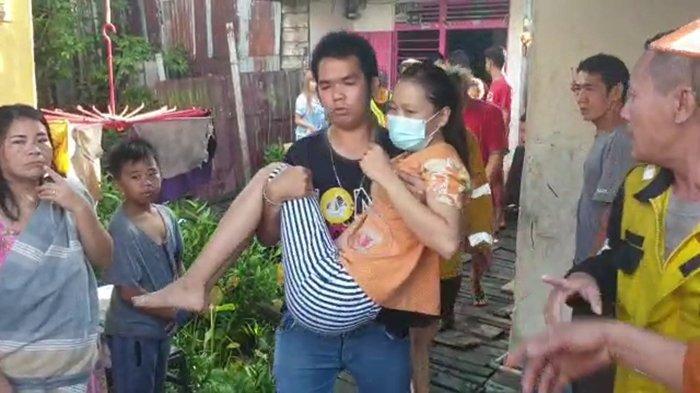 BREAKING NEWS - Wanita Lompat dari Lantai 3 saat Api Lalap 5 Ruko di Jalan Tanjungpura Pontianak