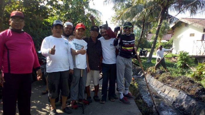 Jaga Kebersihan Kota, Sejumlah Warga Bersihkan Lingkungan di Jalan Parit Ketapang