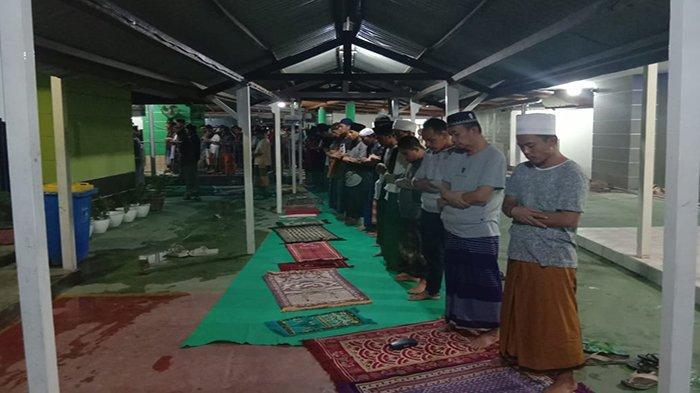 Warga Binaan Rutan Kelas IIA Pontianak bersama sejumlah petugas saat melaksanakan ibadah salat di Masjid yang ada di Rutan, baru-baru ini.