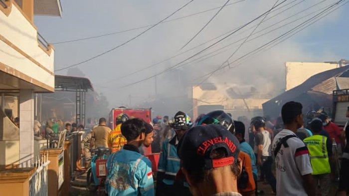 Warga Komplek Perumahan Batara Indah 1 jalan Dr Wahidin Pontianak kota dihebohkan dengan terbakarnya rumah dua lantai pada Jumat 22 Januari 2021 sekitar pukul 06.27 WIB.