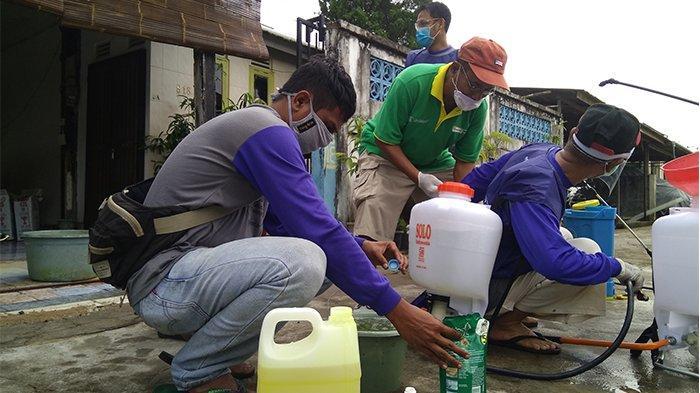 Polsek, Koramil dan Pemdes Belitang Lakukan Penyemprotan Disinfektan di Tempat Ibadah