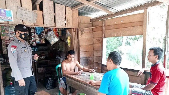 Personel Polsek Kembayan Edukasi Warga untuk Terapkan Protokol Kesehatan