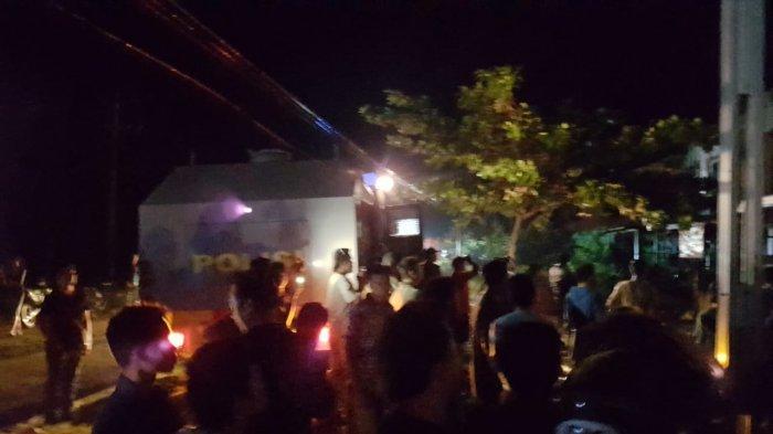 Polres Landak Turunkan Water Canon Padamkan Kebakaran 9 Ruko di Ngabang