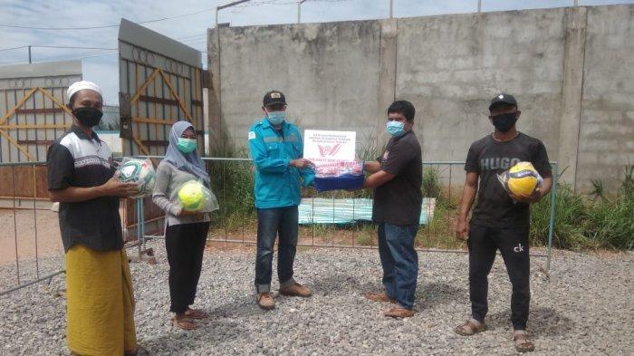 PT WHW Salurkan Bantuan Sarana Olahraga Lengkap di Dusun Sungai Tengar Ketapang