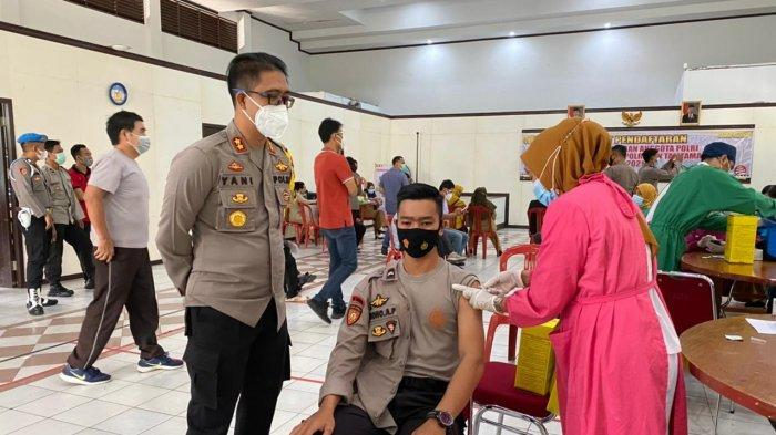 Kapolres Kubu Raya, AKBP Yani Permana saat memantau langsung pelaksanaan vaksinasi personel di Aula Polres Kubu Raya, Rabu 7 April 2021