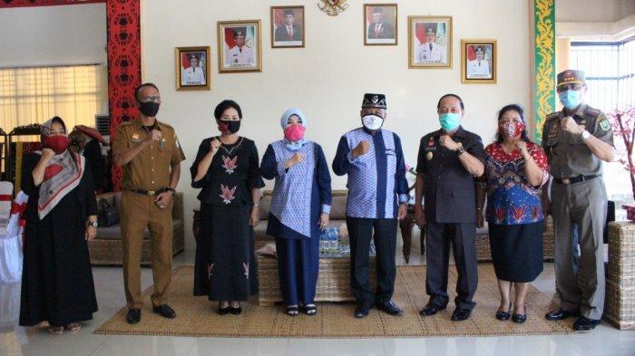 Yohanes Ontot dan Ketua Dekranasda Sanggau Kenalkan Produk Daerah ke Wakil Bupati Mempawah