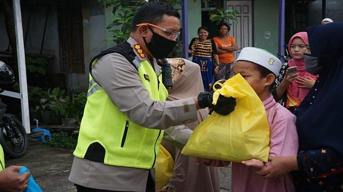 Kapolresta Pontianak Kota Beserta Personel dan Polsek Bagikan Bantuan Sosial Bagi Warga