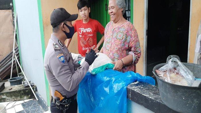 Jelang Hari Bhayangkara ke-74, Polsek Singkawang Tengah Salurkan Bansos dari Polres Singkawang
