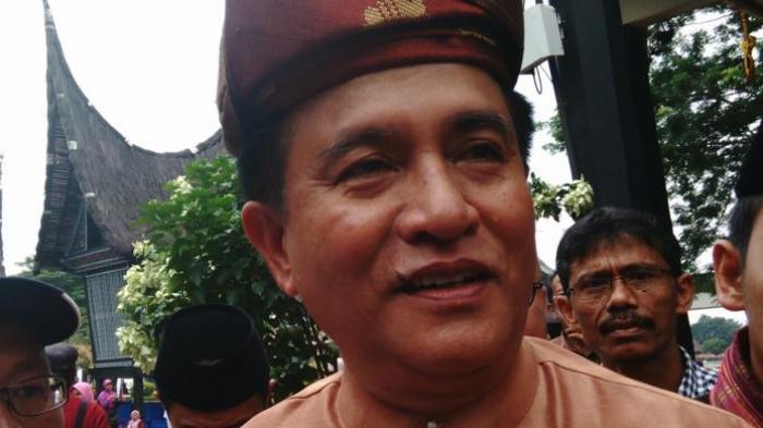 Bakal Calon Gubernur DKI Jakarta Yusril Ihza Mahendra mengikuti acara silaturahmi yang digelar Ikatan Parantauan Minangkabau (IPM) di Anjungan Minangkabau, Taman Mini Indonesia Indah (TMII), Jakarta Timur. Minggu (10/4/2016)