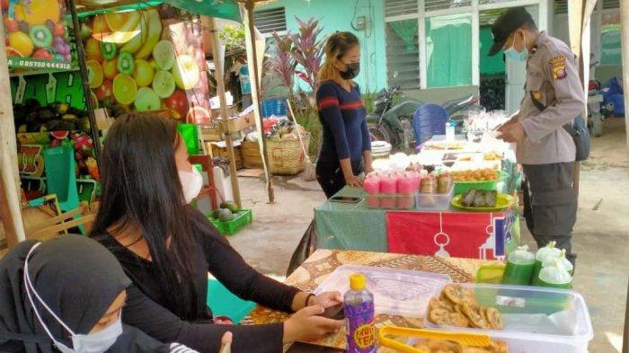 Personel Polsek Ledo Laksanakan Pam di Pasar Juadah Imbau Pedagang dan Pengunjung Patuhi Prokes