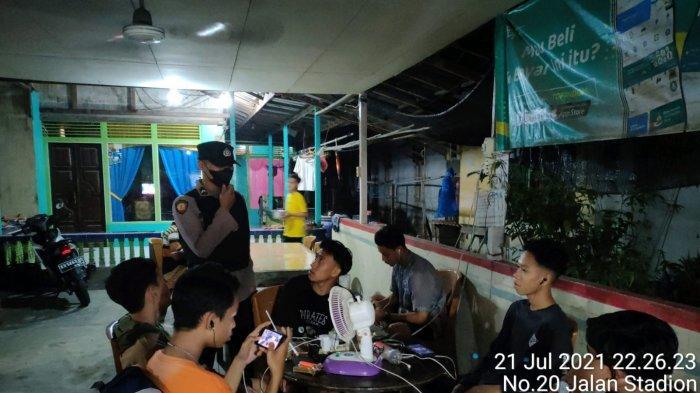 Gelar Operasi Yustisi pada Malam Hari, Personel Polsek Jawai Sampaikan Prokes pada Warga
