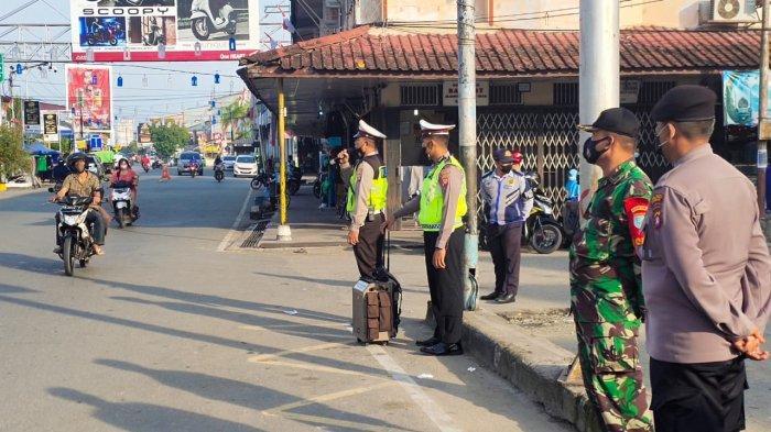 Operasi Yustisi, Satlantas Polres Sambas Sosialisasikan Protokol Kesehatan di Pasar Sambas