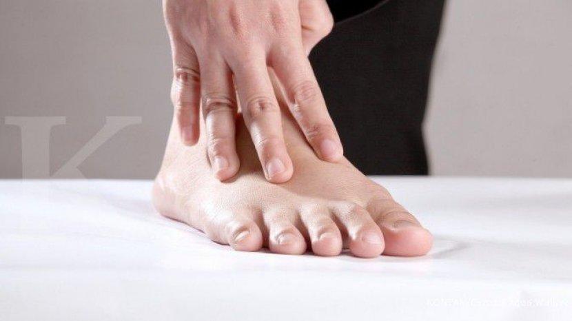 ilustrasi-merasakan-nyeri-asam-urat-di-kaki.jpg