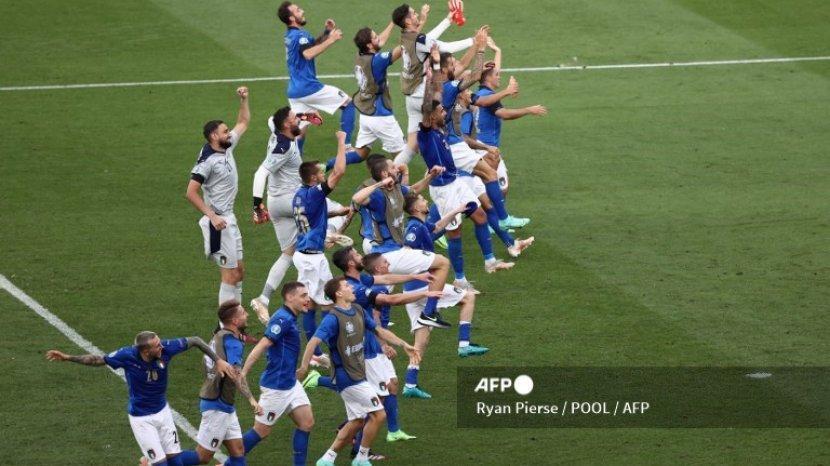 pemain-italia-melakukan-selebrasi-setelah-berhasil-lolos-babak-16-besar-euro-2020-2021.jpg