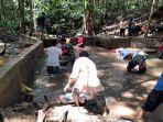 a-anggota-babinsa-bersihkan-penampungan-air-bersih.jpg