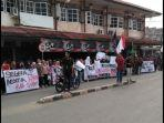 aliansi-pergerakan-mahasiswa-kabupaten-sambas-menggelar-aksi-unjuk-rasa.jpg