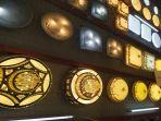 aneka-lampu-hias-indah-merek-lumina-yang-terpajang-di-studio-bangunan.jpg