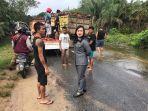 anggota-dprd-landak-margareta-amd-kep-saat-memantau-banjir-di-desa-sidas.jpg