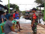 anggota-koramil-1204-20jangkang-pantau-desa-terkena-banjir.jpg