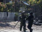 anggota-penjinak-bom-memeriksa-lokasi-ledakan-bom-di-gereja-di-surabaya_20180513_113928.jpg