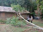 anggota-polsek-meranti-gotong-royong-bersihkan-pohon-timpa-rumah-warga.jpg