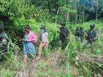 anggota-satgas-pamtas-ri-mly-yonif-407pk-menggagalkan-dua-orang-pekerja-migran-indonesia.jpg