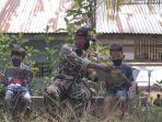 anggota-satgas-tmmd-saat-memberikan-les-privat-kepada-anak-anak-di-desa-tolok.jpg