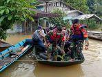 anggota-tni-koramil-1202-04seluas-bantu-evakuasi-korban-banjir-8.jpg