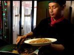 aston-hotel-menghadirkan-live-cooking-bihun-goreng-seafood_20180412_141140.jpg