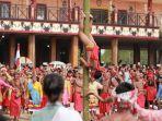 atraksi-budaya-panjat-bambu-terbalik-dalam-tarian-kolosal-pembukaan-festival-budaya-dayak-ke-1.jpg