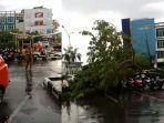 badai-pontianak-rusak-rumah-warga-billboard-pohon-tumbang-hingga-motor-di-parkiran-ayani-megamall.jpg