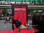 bangkok-memanas-pm-thailand-prayuth-chan-ocha-didesak-mundur-karena-dinilai-gagal-atasi-covid-19.jpg