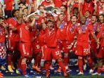 bayern-muenchen-mengangkat-trofi-liga-champions.jpg