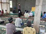 binmas-polres-landak-saat-menyambanggi-jamaah-masjid-mardhotillah-dusun-manggu.jpg