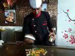 chef-abraham-menyajikan-teppanyaki-di-golden-tulip-pontianak-hotel.jpg