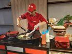 chef-ibis-kitchen-saat-membuat-salah-satu-makanan-aladin-yaitu-kebab.jpg